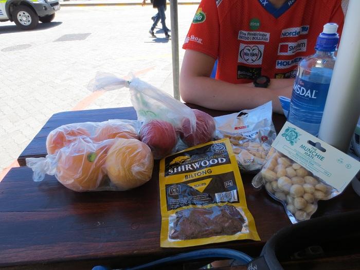 Våran primala lunch: äpple, grapefrukt, nötter och torkatt kött.