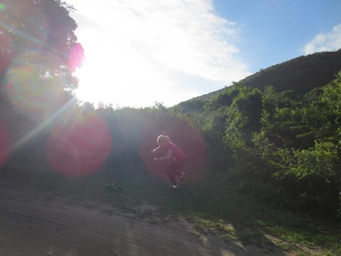 Elise gör enbensbenböj utanför vårt nya boende i Wilderness.