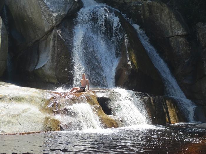 Svalkar mig i vattenfallet efter passet.