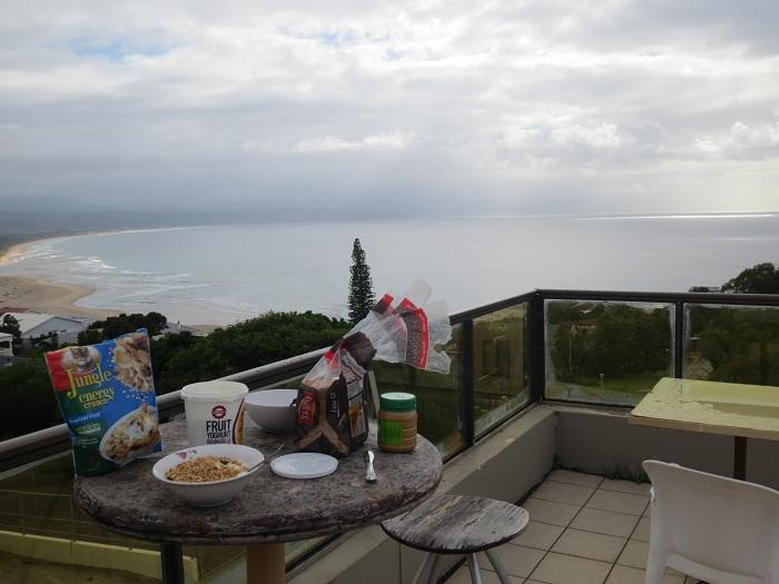 Vyn från frukostbordet här på vårat boende i Plettenberg Bay.
