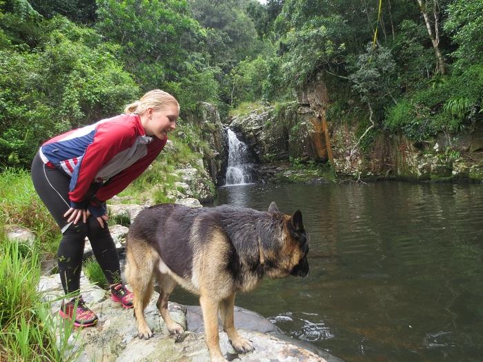 Elise och hunden Mhanda som var vår guide under förmiddagens tur till ett vattenfall.
