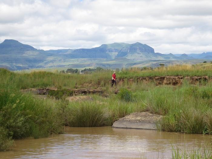 Elise med Drakensbergs coola berg i bakrunden.