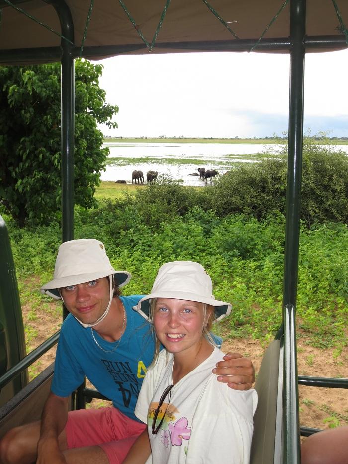 Elise och jag med ett gäng elefanter i bakgrunden.