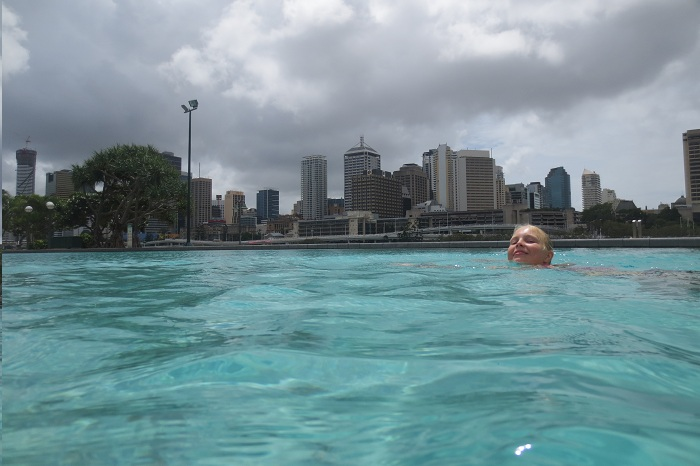 Elise simmar med fin vy mot Brisbanes centrala delar.