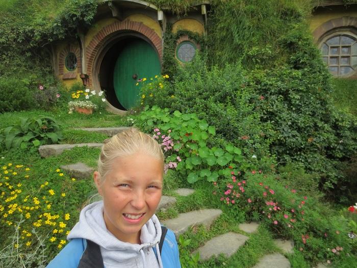 Elise utanför Bag End, Frodo och Bilbos hem.