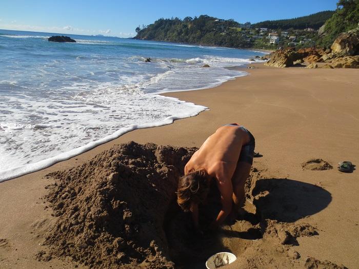 Jag letar efter en varmvattenkälla på Hot Water Beach innan fölket dök upp.