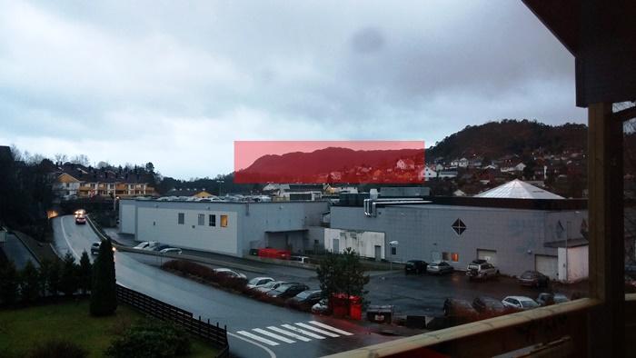 Dagens terräng markerat med rött, sett från familjen Rognsvågs altan.